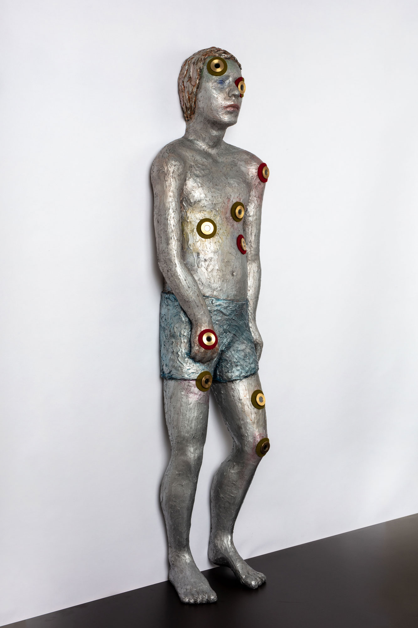 KNABE (BOY) © 2018, epoxy resin, aluminium, acrylic paint, felt, brass eyepieces, slides, LED's, 150 x 40 x 25 cm, Photo by Thomas Bruns © 2018