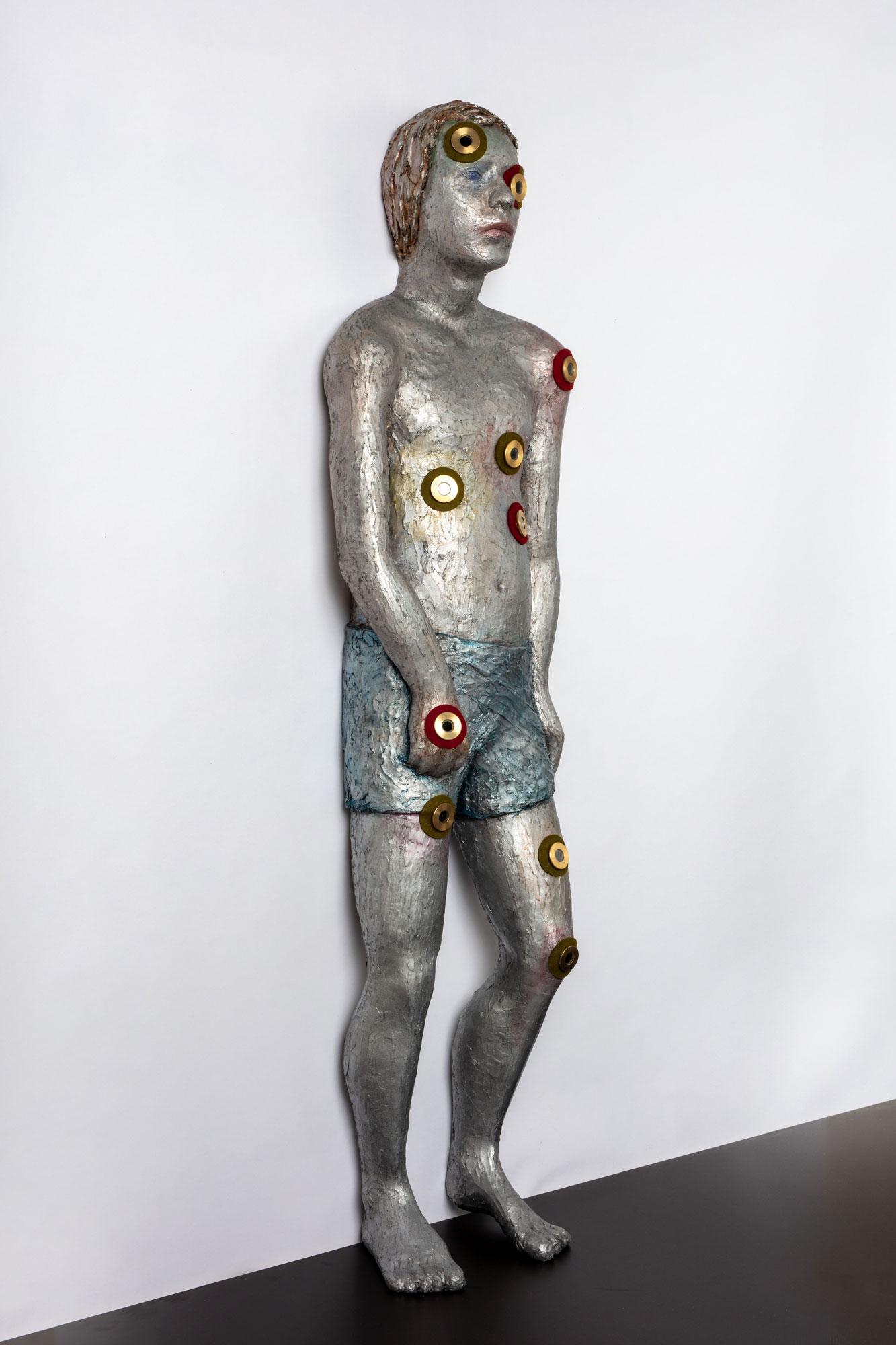 KNABE (BOY) © 2018, epoxy resin, aluminium, acrylic paint, felt, brass eyepieces, slides, LED's, 150 x 40 x 25 cm, Photo by Thomas Bruns © 2018